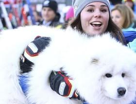"""(تصاویر)حاشیه مسابقات سراسری اسکی در گاردنا، ایتالیا،درست کردن """"ماهی دودی"""" در کشمیر،دونالد ترامپ و بانوی اول کاخ سفید در میان تزئینات کریسمس کاخ سفید و... درعکسهای خبری روز"""