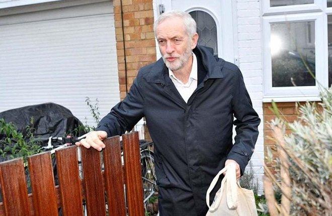 جرمی کوربین، رهبر حزب کارگر بریتانیا در حال خروج از خانه
