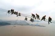 """(تصاویر) کارگران در حال نصب دکلهای برق در ارتفاع 380 متری در چین، مراسم هفتادویکمین سالگرد استقلال میانمار،عکس انتشار یافته اداره فضایی چین از از ماهنورد کاوشگر"""" یوتو 2"""" چینی بر سطح کره ماه و ... در عکسهای خبری روز"""