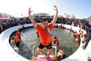 (تصاویر)شادمانی یک مرد کره ای از گرفتن یک ماهی ، نمایشگاه سازههای برفی و یخی در هاربین چین ، مراسم عید پاک -زاد روز مسیح- در میان مسیحیان ارتدوکس در ترکیه و ... در عکسهای خبری روز