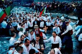 مراسم عید پاک مسیحیان ارتدوکس در رودخانه ای در بلغارستان