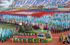 "جشن چهلمین سالگرد پیروزی ارتش کامبوج بر شورشیان ""خمرهای سرخ"" در استادیوم المپیک شهر ""پنومپن"