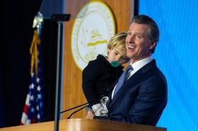"""فرماندار جدید ایالت کالیفرنیا آمریکا دیروز به همراه خانواده خود به طور رسمی در مراسم تحلیف آغاز به کار خود شرکت کرد. """"گوین نیوزام"""" 51 ساله از حزب دموکرات است."""