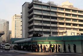 صف مصاحبه برای صدور ویزای آمریکا در مقابل سفارت آمریکا در شهر سئول کره جنوبی