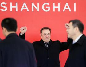"""ایلان ماسک""""رییس کمپانی خودروسازی""""تسلا"""" آمریکا در مراسم افتتاح کارخانه این کمپانی در شهر شانگهای چین."""