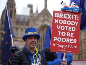 تظاهرات دو گروه حامیان و مخالفان خروج بریتانیا از اتحادیه اروپا در مقابل پارلمان بریتانیا در لندن