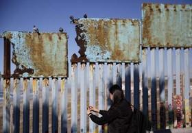 عکس گرفتن از دیوار مرزی بین مکزیک و ایالات متحده آمریکا