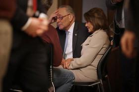 """""""نانسی پلوسی"""" و """"چارلز شومر"""" رهبران حزب دموکرات در کنگره آمریکا در حال تماشای پیام تلویزیونی ضبط شدهشان در واکنش به سخنرانی تلویزیونی سهشنبه شب ترامپ"""