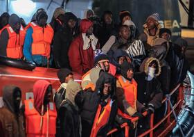 """145 پناهجوی آفریقایی در قایق نجات در ساحل """"مالاگا"""" اسپانیا"""