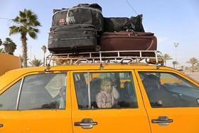 خانواده فلسطینی در تاکسی در مرز رفح بین باریکه غزه و مصر