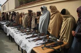 تسلیم داوطلبانه 25 ستیزهجوی طالبان به مقامات دولت افغانستان در شهر جلالآباد