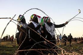 """سلفی گرفتن دختران فلسطینی در حاشیه تظاهرات هفتگی """"حق بازگشت"""" فلسطینیها در مرز باریکه غزه و اسراییل"""