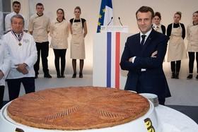 """رییس جمهوری فرانسه در کنار کیک مخصوص """" عید پاک"""" در کاخ الیزه"""