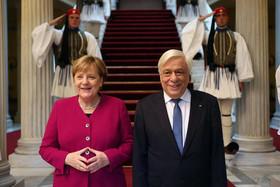 """استقبال رییس جمهوری یونان از """"آنگلا مرکل"""" صدراعظم المان در کاخ ریاست جمهوری در آتن"""