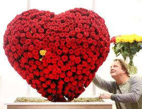 """(تصاویر)نمایشگاه گل و گیاه در اسن آلمان ، آبتنی زنان هندو در رود """"سنگام"""" در جشنواره آیینی """" پائوش پورنیما"""" ، جمعآوری ریشه گل نیلوفر آبی و ... در عکسهای خبری روز"""