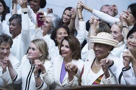 مایندگان زن حزب دموکرات در کنگره آمریکا درز اقدامی نمادین تصمیم گرفتند در جلسه سخنرانی سالانه امسال ترامپ به نشانه همبستگی زنان لباس سفید بپوشند.