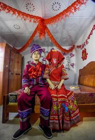 """عروس و دامادی از اقلیت قومی"""" ژوئانگ"""" در آغاز سال نوی چینی در شهر """"نانینگ"""" چین به خانه بخت رفتهاند."""