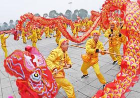 """اجرای رقص سنتی اژدها در نخستین روز از سال نو چینی در پارکی در شهر """"ییچون"""" چین"""