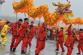 """(تصاویر)رقص اژدها به مناسبت سال نو چینی در شهر """"نانچانگ"""" چین ، امحاء هزاران شیشه مشروبات الکلی قاچاق در کراچی پاکستان ، جشن """"ولنتاین"""" برای زوج شیر در سافاری پارکی در بریتانیا و ... در عکسهای خبری روز"""