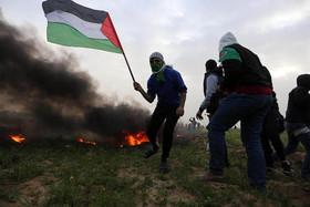 """تظاهرات هفتگی """"حق بازگشت"""" جوانان فلسطینی بر ضد اشغالگری اسراییل در مرز باریکه غزه و اسراییل"""