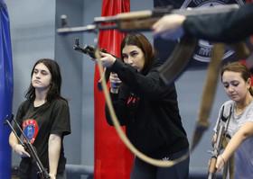 آموزش نحوه تیراندازی به زنان و دختران اوکراینی در کلاسهای دفاع شخصی زنان در شهر کییف