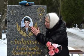 مادر بلاروسی بر سر مزار فرزندش که در جنگ افغانستان کشته شده است. سیامین سالگرد پایان اشغال افغانستان از سوی ارتش شوروی سابق