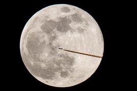 """پرواز یک هواپیمای مسافربری از مقابل پدیده ماه کامل در """"نورمبرگ"""" آلمان"""