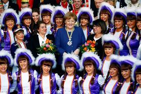 عکس یادگاری آنگلا مرکل با اعضای جامعه کارناوالهای آلمان