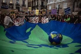 تظاهرات دانشجویان در شهر بارسلونا اسپانیا با موضوع خطرات تغییرات اقلیمی