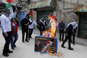 """تظاهرات فلسطینیها علیه """"معامله قرن"""" و آتش زدن تصویر دونالد ترامپ در شهر الخلیل"""