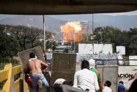 درگیری بین مخالفان دولت ونزوئلا و نیروهای ارتش در کاراکاس بر سر ورود کمکهای خارجی به ونزوئلا