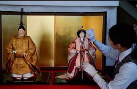 """رونمایی از عروسکهای امپراتور و ملکه آتی ژاپن در توکیو. امپراتور """"آکیهیتو"""" قرار است 2 ماه دیگر به نفع ولیعهدش از قدرت کنارهگیری کند."""