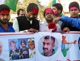 """ریختن شیر روی تصویر خلبان آزاد شده هندی از سوی هندیهای شادمان در شهر """"پاتنا"""" هند"""