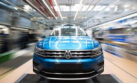 """خودروی """"فولکس واگن توران"""" در آخرین مراحل ساخت در کارخانه فولکس واگن در شهر """"وولفسبورگ"""" آلمان"""