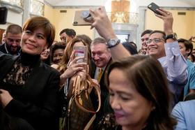 """سلفی گرفتن کارکنان سفارت ایالات متحده آمریکا در شهر """"مانیل"""" فیلیپین با """"مایک پمپئو"""" وزیر خارجه ایالات متحده آمریکا/ رویترز"""