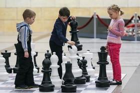 """بازی کودکان روی یک صفحه بزرگ شطرنج در حاشیه برگزاری یک """"تورنمنت"""" بینالمللی شطرنج در """"موزه پیروزی"""" در شهر """"مسکو"""" روسیه"""