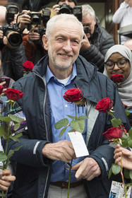 """بازدید """"جرمی کوربین"""" رهبر حزب کارگر بریتانیا از مسجد """" پارک فینزبوری"""" در لندن در روز بازدید از مساجد"""