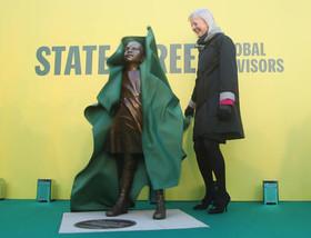 """رونمایی از مجسمه """" دختر نترس"""" در آستانه روز جهانی زن در لندن"""