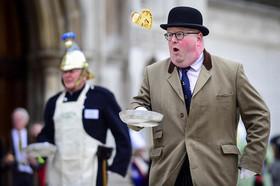 """مسابقه سالانه حمل"""" پنکیک"""" در لندن"""