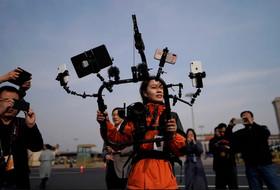 گزارشگر چینی با حداکثر ظرفیت در حال پوشش دادن به گردهمایی سراسری کنگره ملی خلق چین (پارلمان) در پکن