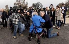 """""""جی اینسلی"""" فرماندار ایالت """"واشنگتن"""" آمریکا و یکی از نامزدهای دموکرات انتخابات ریاست جمهوری 2020 در حال گفتگو با یک پیرزن 95 ساله درباره خطرات تغییرات اقلیمی"""