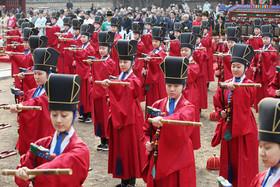 اجرای برنامه موسیقی سنتی کرهای از سوی گروهی از دانشآموزان در معبدی در شهر سئول کره جنوبی