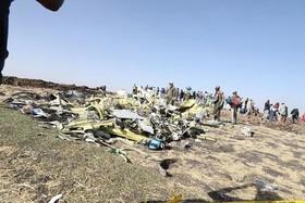ساکنان محلی در حال جمعآوری قطعات هواپیمای مسافربری (بویینگ 737) خطوط هواپیمایی اتیوپی که روز یکشنبه در منطقهای در اتیوپی سقوط کرد و همه مسافران و خدمه آن کشته شدند.