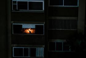 روشن کردن شمع برای روشن نگه داشتن خانهها در پایتخت ونزوئلا