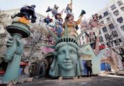 """(تصاویر)آماده سازی یک مجسمه چوبی برای کارناوال سالانه """"سنت جوزف"""" در شهر """"والنسیا"""" اسپانیا، کلاس عملی نحوه مراقبت از کودک در دانشگاهی در شهر پکن ، راهبان بودایی در حال استراحت در معبدی در تبت و ... درعکسهای خبری روز"""