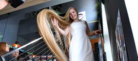 """""""اولنا کورزنیوک"""" دختر نوجوان 15 ساله اوکراینی صاحب عنوان بلندموترین دختر نوجوان اوکراین با داشتن مویی به طول 2 متر و 35 سانت در مراسم ثبت رکوردهای ملی اوکراین"""