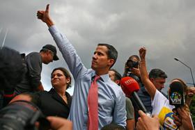 """خوان گوآیدو"""" رهبر مخالفان حکومت ونزوئلا در تظاهرات علیه قطعی آب و برق در شهر کاراکاس"""