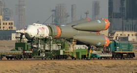 """حمل راکت فضایی """"سایوز"""" روسی به سکوی پرتاب در پایگاه فضایی """"بایکونور"""" قزاقستان"""