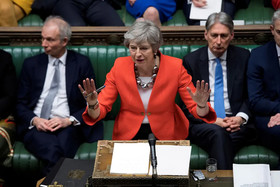 """""""ترزا می"""" نخست وزیر بریتانیا در حال سخنرانی در جلسه مجلس عوام بریتانیا پس از رد طرح جدید او برای خروج بریتانیا از اتحادیه اروپا"""