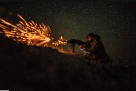 """نیروهای شبهنظامی موسوم به """"نیروهای دموکراتیک سوریه"""" در حال گشودن آتش به مواضع داعش در حومه شهر """"باغوز"""" در استان """"دیرالزور"""" سوریه"""